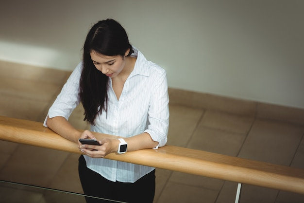 Mulher de negócios usando telefone celular Foto gratuita