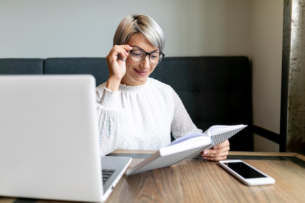 Mulher de negócios vista frontal no escritório Foto gratuita