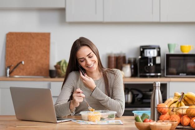 Mulher de negócios vista frontal trabalhando em casa Foto gratuita