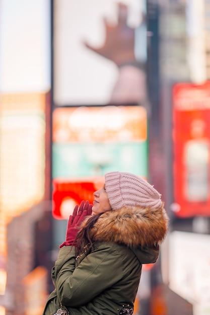 Mulher de nova york como turista da times square ou jovem feliz visitando em manhattan, nova york, nova york, eua. Foto Premium