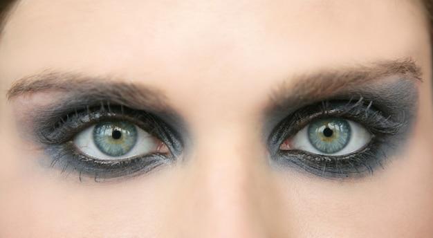 Mulher de olhos verdes, sombra de olho de maquiagem preta Foto Premium