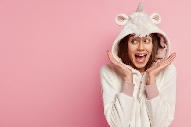 Mulher de pijama com orelhas de coelho Foto gratuita