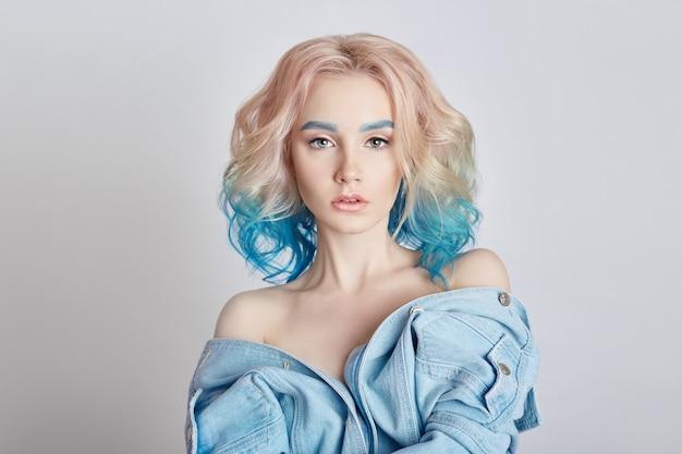 Mulher de retrato com cabelo voador colorido brilhante Foto Premium