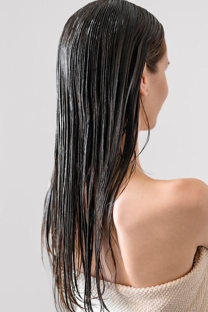 Mulher de retrato com cabelos tingidos Foto gratuita