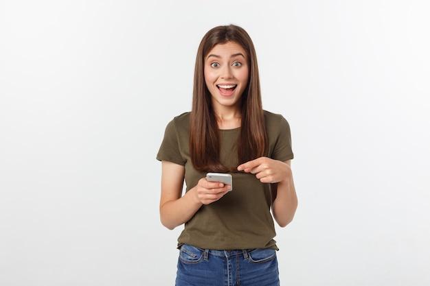 Mulher de riso que fala e que texting no telefone isolado em um branco. Foto Premium