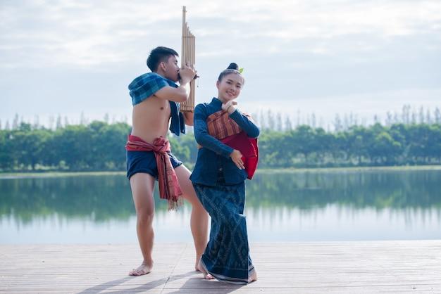 Mulher de seda lugar asiático jovem show Foto gratuita