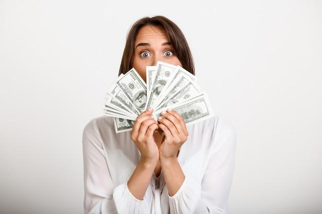 Mulher de sorte ganhou muito dinheiro Foto gratuita
