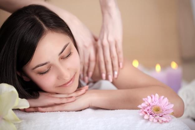 Mulher de spa. close-up de uma mulher bonita, recebendo tratamento de spa. massagem Foto Premium