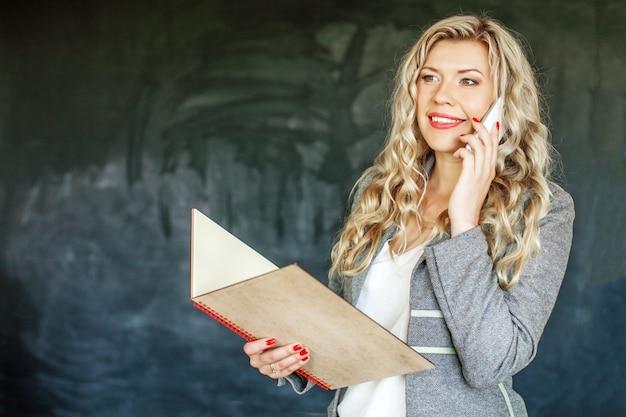 Mulher de sucesso falando no telefone. conceito de estudante de educação Foto Premium