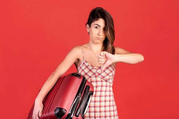 Mulher de tiro médio com bagagem Foto gratuita