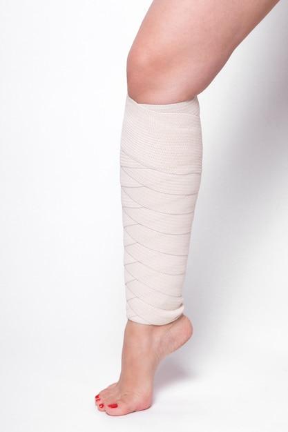 Mulher de tornozelo arrastado bandagem elástica Foto Premium