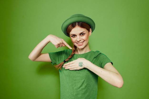 Mulher de verde, dia de são patrício, trevo verde de quatro folhas Foto Premium