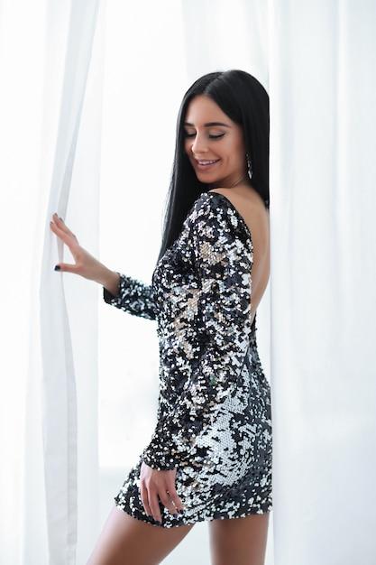 Mulher de vestido de lantejoulas Foto gratuita