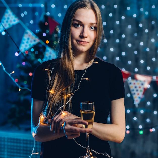 Mulher de vestido de noite com um copo de vinho espumante Foto Premium