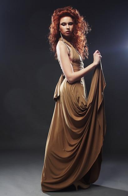 Mulher de vestido longo Foto Premium