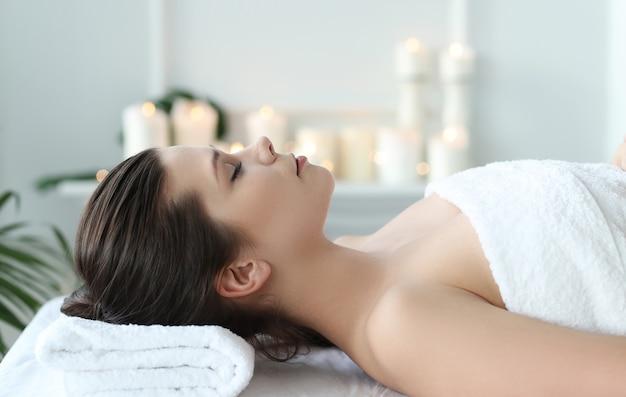 Mulher deitada preparada para receber um tratamento de beleza Foto gratuita