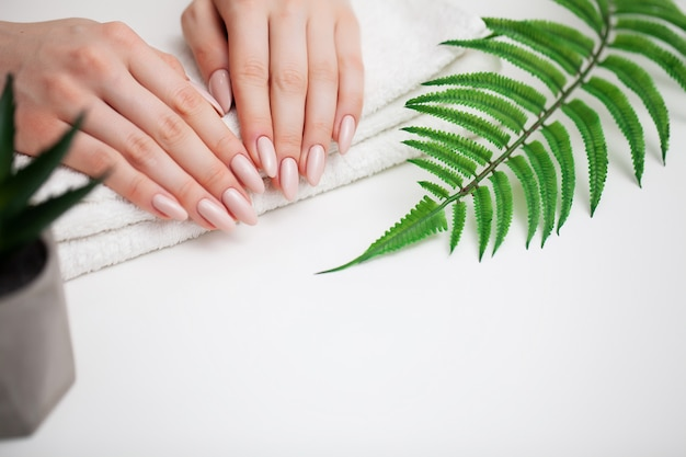 Mulher demonstra uma manicure fresca Foto Premium