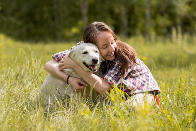 Mulher, desfrutando, com, um, cão, campo Foto gratuita