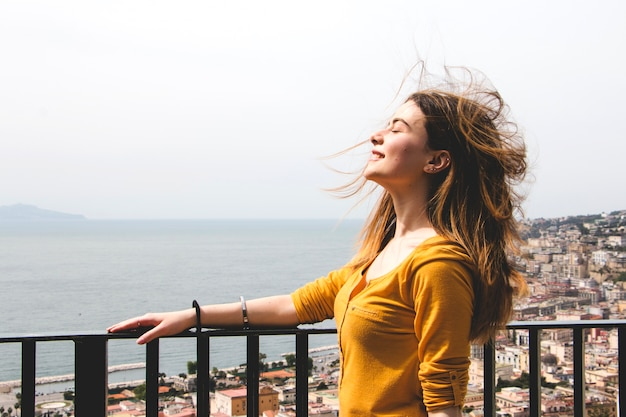 Mulher desfrutando de sopro de vento Foto Premium