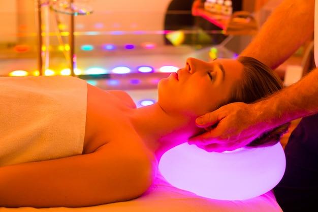Mulher desfrutando de terapia no spa com cromoterapia Foto Premium