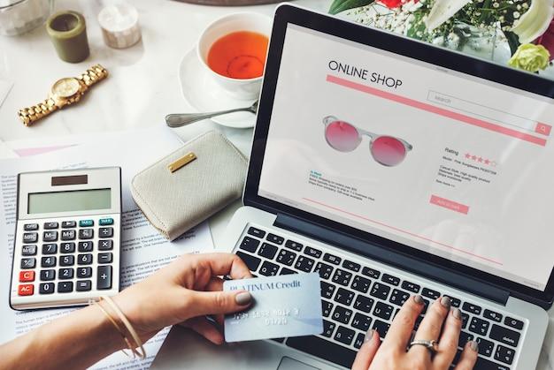 Mulher, desfrutando, online, shoppig Foto Premium