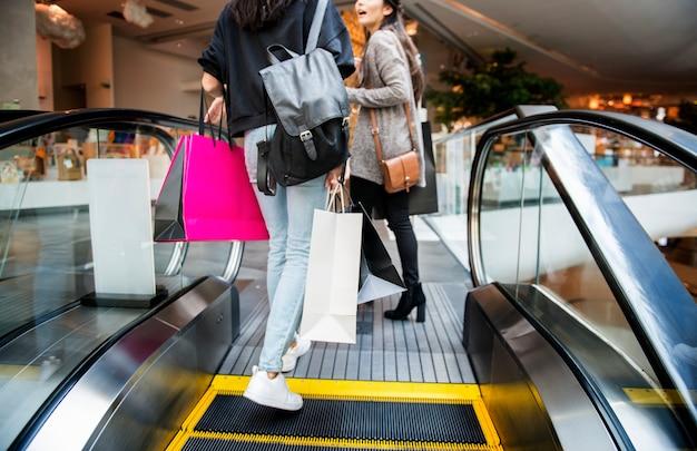 Mulher, desfrute, shopping, conceito Foto gratuita