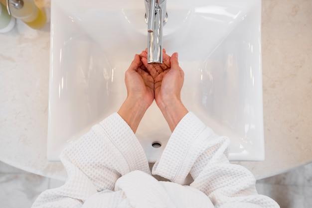 Mulher, desgastar, bathrobe, em, quarto hotel Foto gratuita