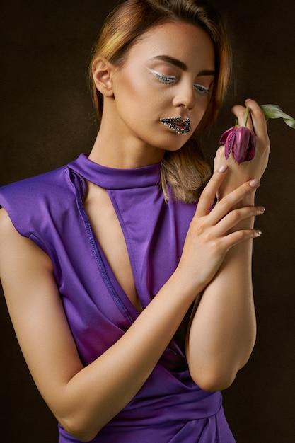 Mulher, desgastar, vestido roxo, pintura Foto gratuita