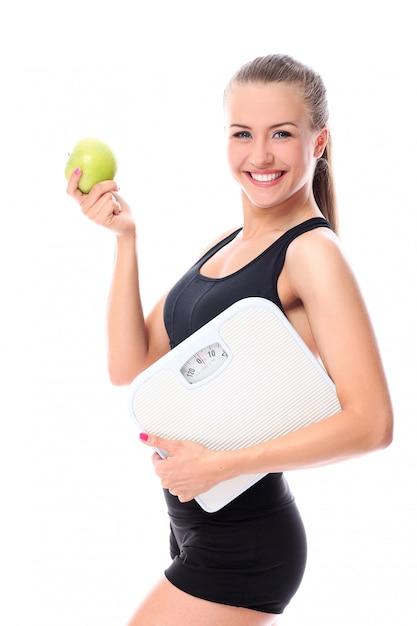 Mulher desportiva com maçã Foto gratuita