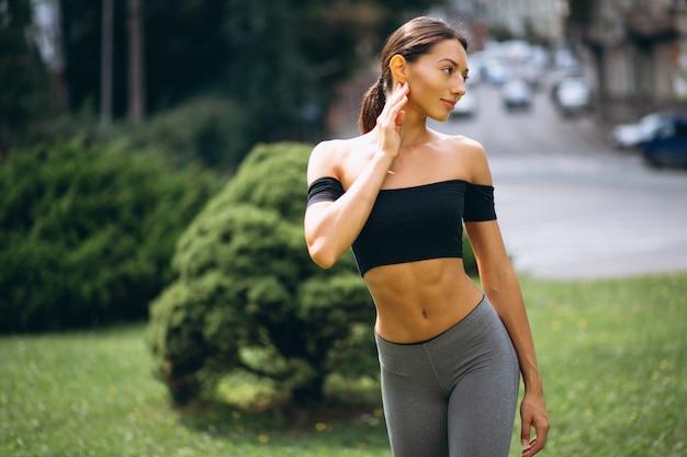 Mulher desportiva exercitando no parque Foto gratuita