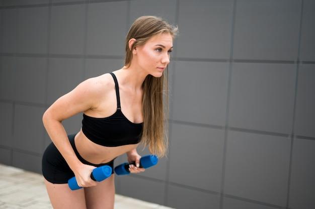 Mulher desportiva fazendo exercícios de esporte Foto gratuita