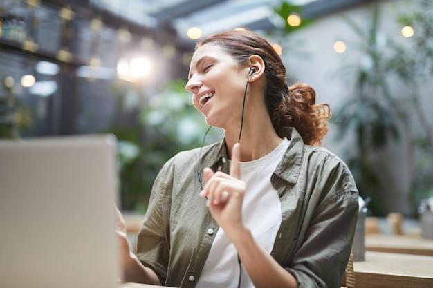 Mulher despreocupada, trabalhando no café ao ar livre Foto Premium