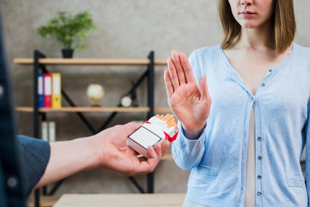 Mulher, dizendo, não, para, cigarro, oferecendo, por, dela, amigo masculino Foto gratuita