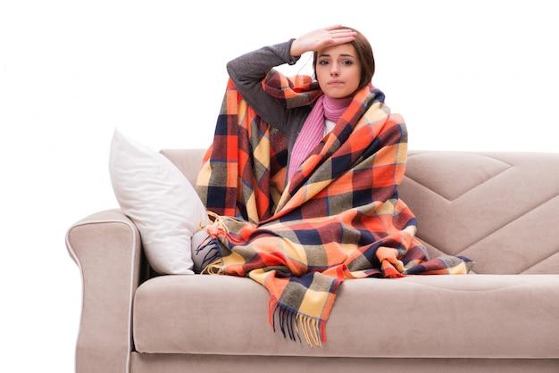 Mulher doente deitada no sofá Foto Premium