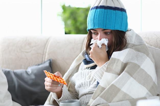 Mulher doente tomando remédio Foto Premium