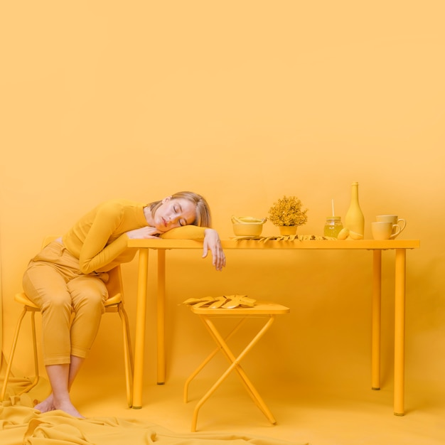 Mulher, dormir, tabela, amarela, cena Foto gratuita