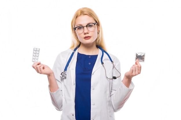 Mulher, doutor, com, estetoscópio, segure, contraceptivos Foto Premium