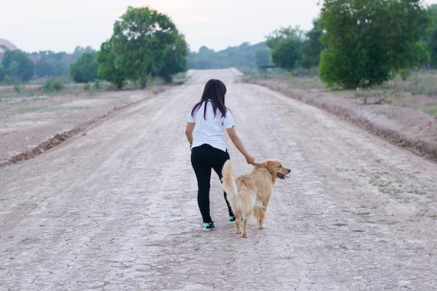 Mulher, e, cão, dourado, andar Foto Premium
