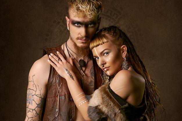 Mulher e homem com pintura etnic Foto gratuita