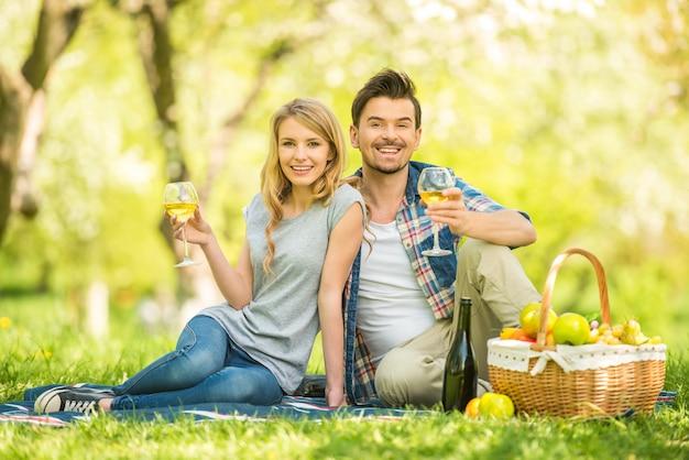 Mulher e homem estão comendo na floresta. Foto Premium