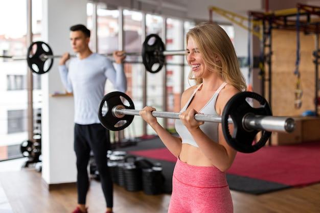Mulher e homem fazendo musculação Foto gratuita