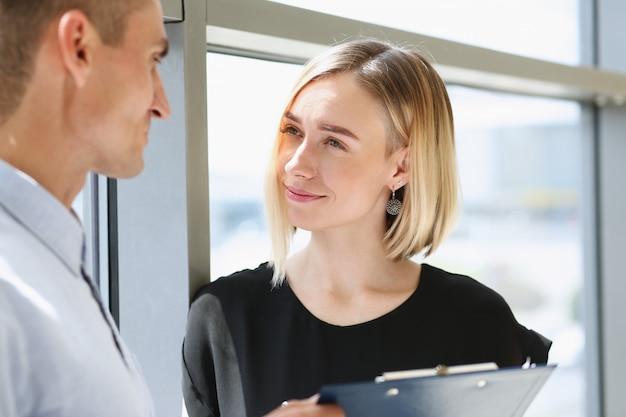 Mulher e homem jovem bonito se encontram no negócio de café Foto Premium