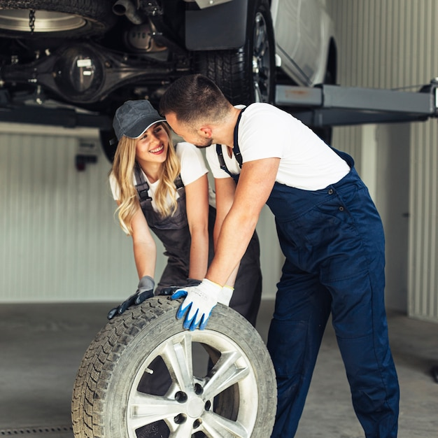 Mulher e homem juntos a roda do carro Foto gratuita