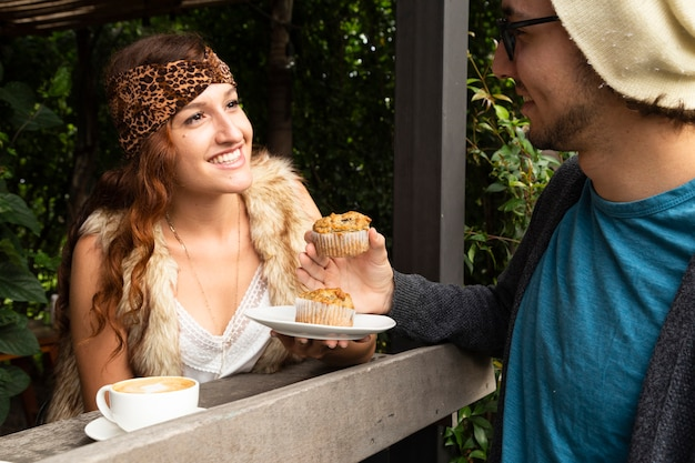 Mulher e homem na cafeteria Foto gratuita