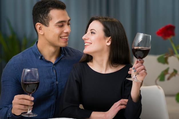 Mulher e homem tendo um jantar romântico Foto gratuita