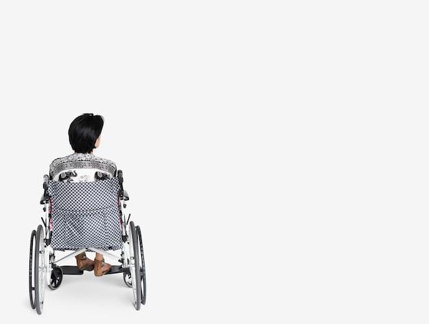 Mulher, é, sentando, ligado, um, cadeira rodas Foto Premium