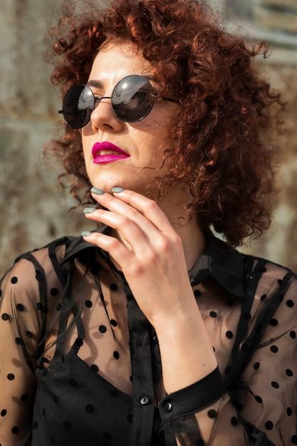 Mulher elegante, aproveitando o sol Foto gratuita