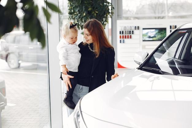 Mulher elegante com filha em um salão de carro Foto gratuita