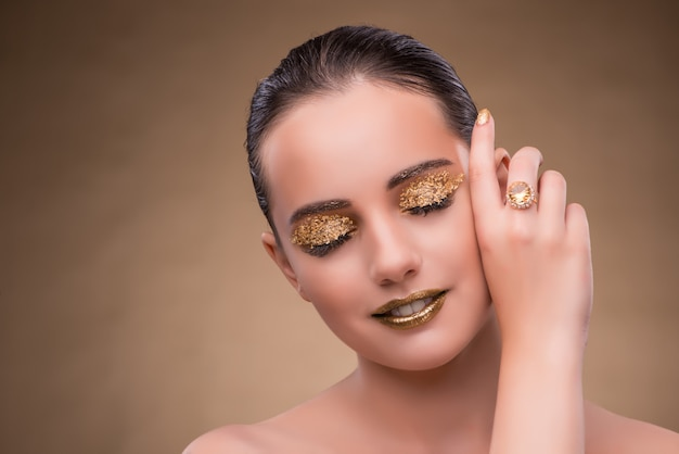 Mulher elegante com joias no conceito de moda Foto Premium