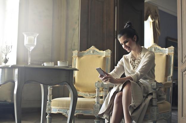Mulher elegante com smartphone Foto Premium